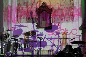 'Dia Santo' projetado no altar / Beto Figueirôa