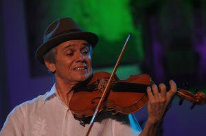 Antônio Nóbrega toca rabeca na Mimo / Beto Figueirôa