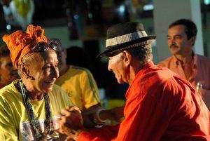 Tete dança com o brasileiro no Clube Bela Vista / Foto: Beto Figueirôa