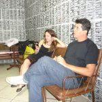 Eu (no telefone) e Serjão no camarim do Studio SP