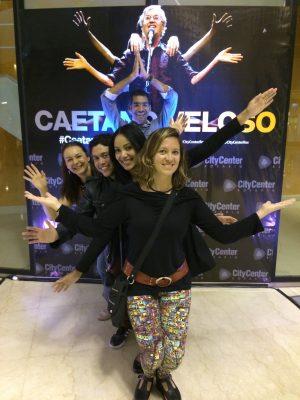 Nós, brasileiros, com uma argentina no show de Caê